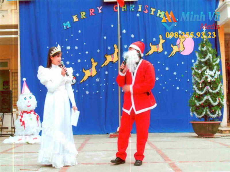 MC và hoạt náo viên hoá thân thành ông già Noel